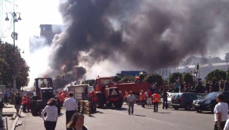 Kijevas Neatkarības laukumā dedzina riepas un pretojas barikāžu nojaukšanai
