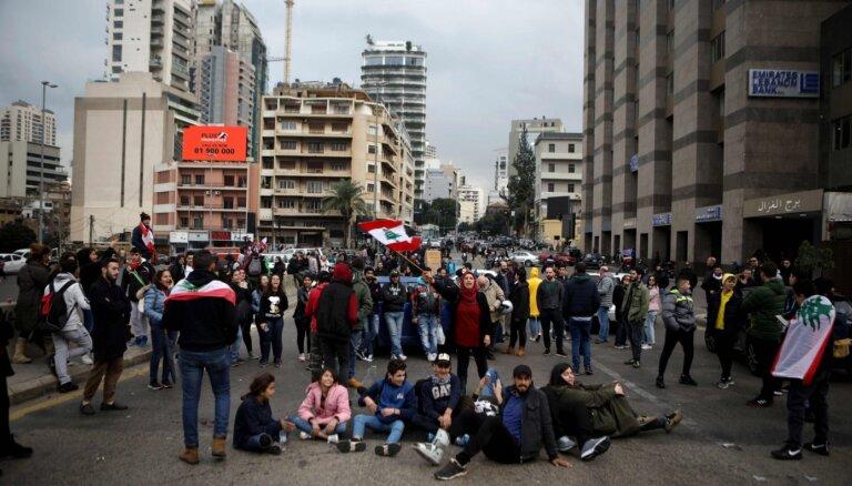 Protestētāji Libānā nobloķē galvenos ceļus