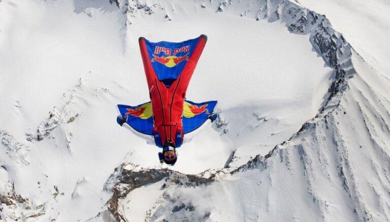 ВИДЕО: Россиянин-экстремал прыгнул с шестой по высоте горной вершины мира