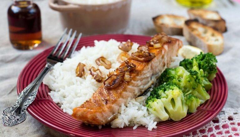 Medū glazēts lasis ar rīsiem un brokoļiem