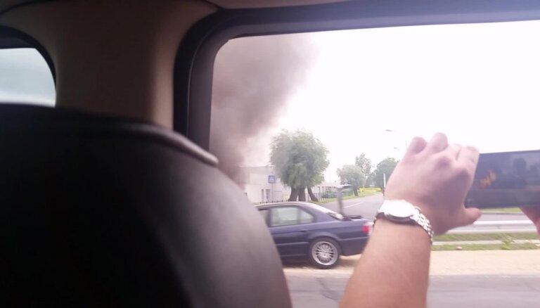 Video: Rīgā, Ulmaņa gatvē aizdedzies auto