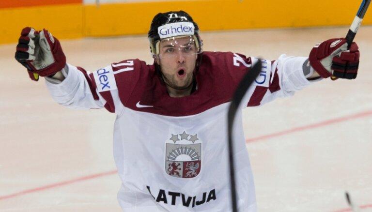 Latvijas hokeja izlasē vēlas redzēt Čehijā rezultatīvi spēlējošo Bukartu