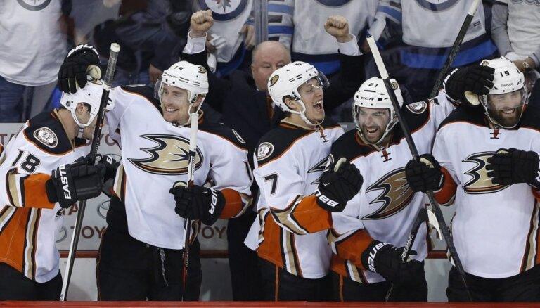 Anaheimas 'Ducks' ar uzvaru iesāk Stenlija kausa pusfinālu