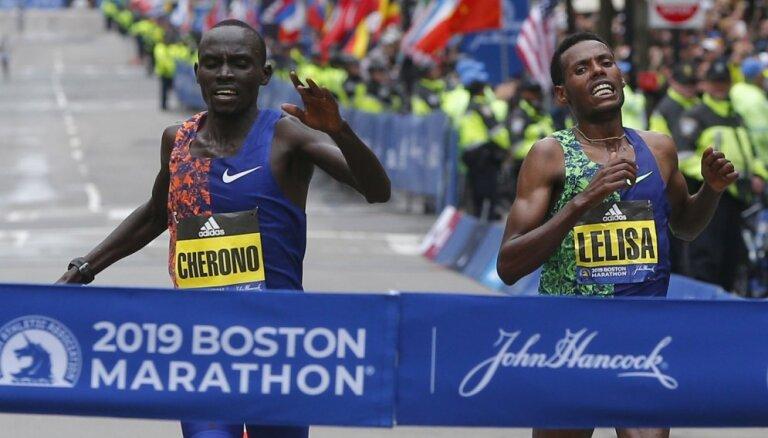 Kenijietis Čerono pēdējos metros izrauj uzvaru Bostonas maratonā