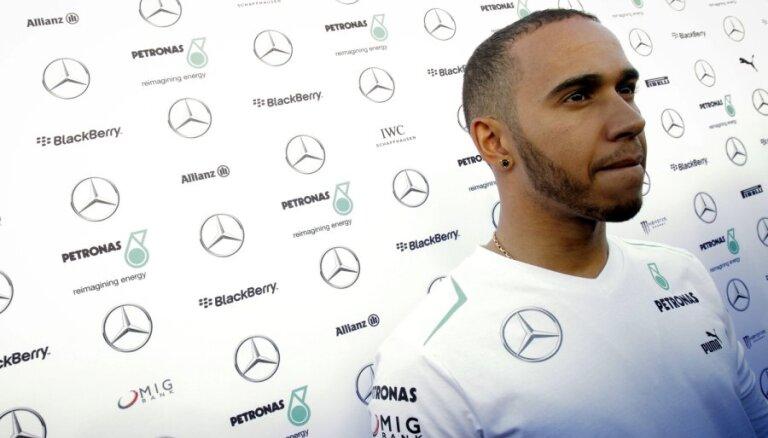 Video: Hamiltons pēc pieraduma iebrauc savas bijušās komandas boksos