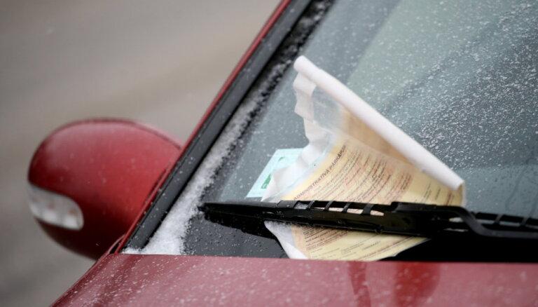 Рижанка получила штраф 40 евро за парковку в собственном же дворе