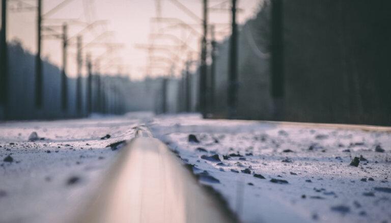 Olaines pagastā uz dzelzceļa pārbrauktuves saduras pasažieru vilciens un auto
