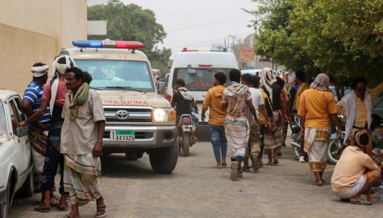 Raķešu triecienā Jemenā nogalināti 30 valdības spēku karavīri