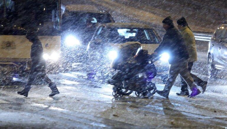 Разгул стихии: из-за метели и гололеда в Латвии зафиксировано рекордное количество ДТП