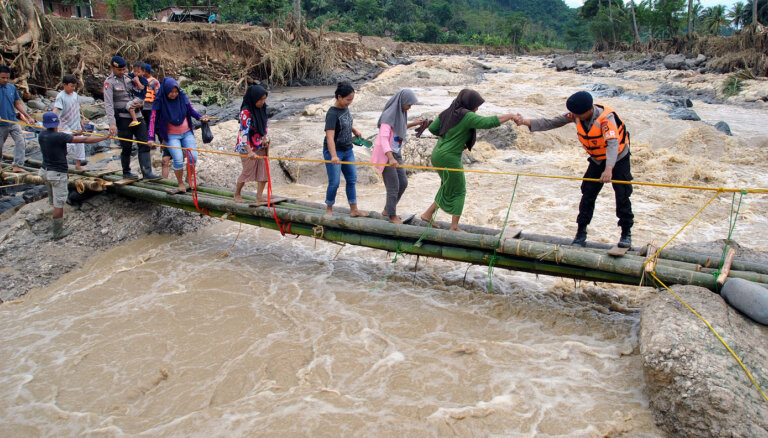Bojāgājušo skaits Indonēzijas plūdos pieaudzis līdz 43