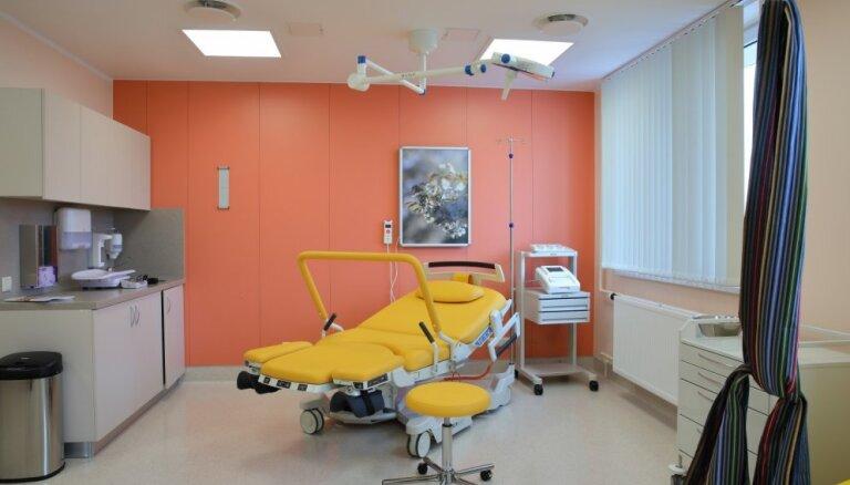 ФОТО. Уютно и современно: после ремонта в Рижском роддоме открыли пять новых родильных залов и палаты