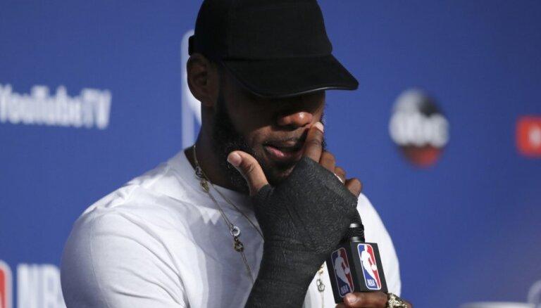 Džeimss pēdējos trīs NBA finālsērijas mačus aizvadījis ar lauztu roku