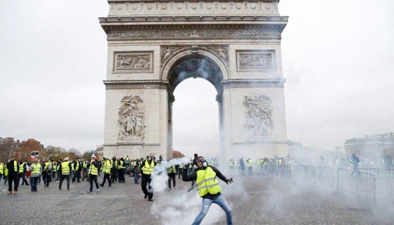 """""""Желтые жилеты"""" повредили Триумфальную арку в Париже на миллион евро"""