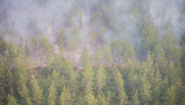 Aizvien nav izdevies ierobežot plašo kūdras un meža ugunsgrēku Valdgales pagastā