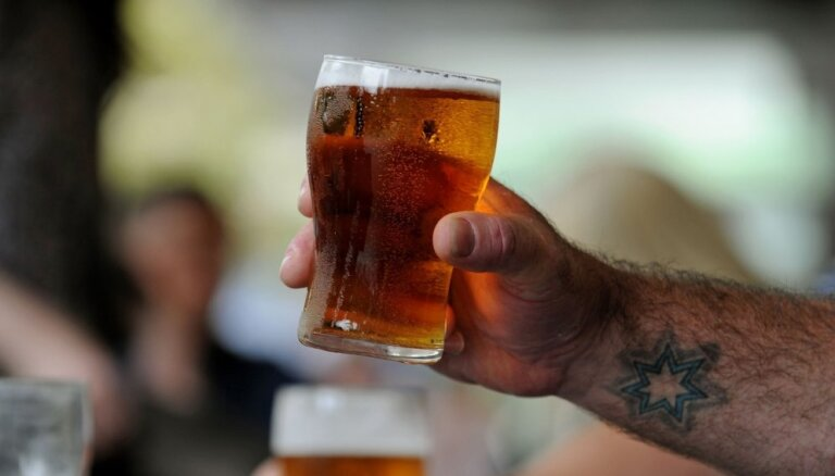 Liepājā sieviete sadur vīrieti par atteikumu pacienāt ar alu