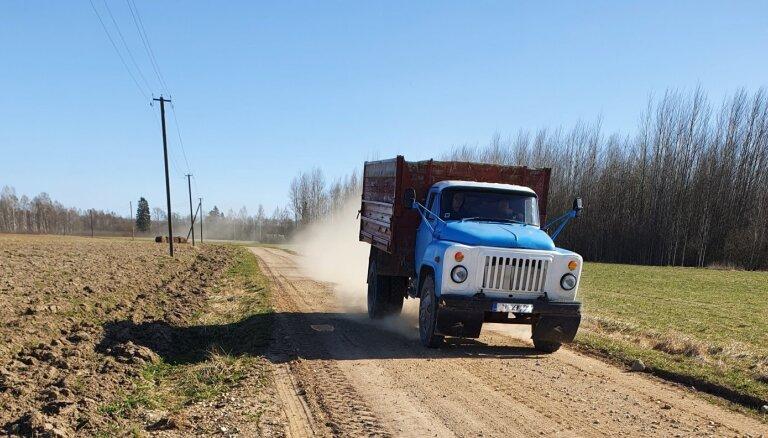 'Latvijas dzelzceļš' izsolīs desmit transportlīdzekļus, tostarp 72. gada GAZ 53A un 85. gada 'Belarus'