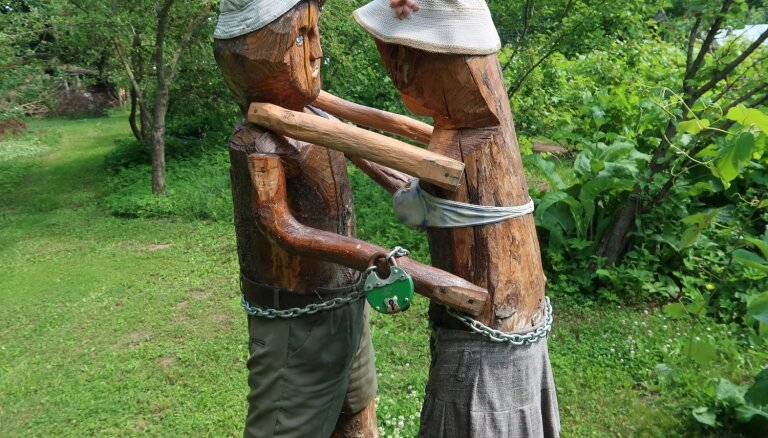 Baužu ģimenes neparastais cimdu un koka skulptūru dārzs