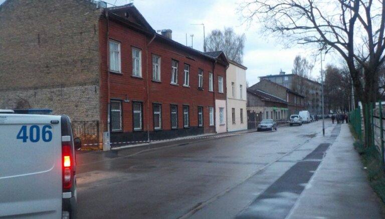 Rīgā pēc sprādziena deformējusies daudzdzīvokļu ēkas siena