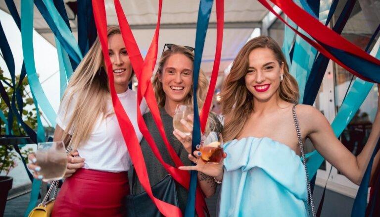 Foto: Modes gardēži pulcējas stilīgā kokteiļu burziņā