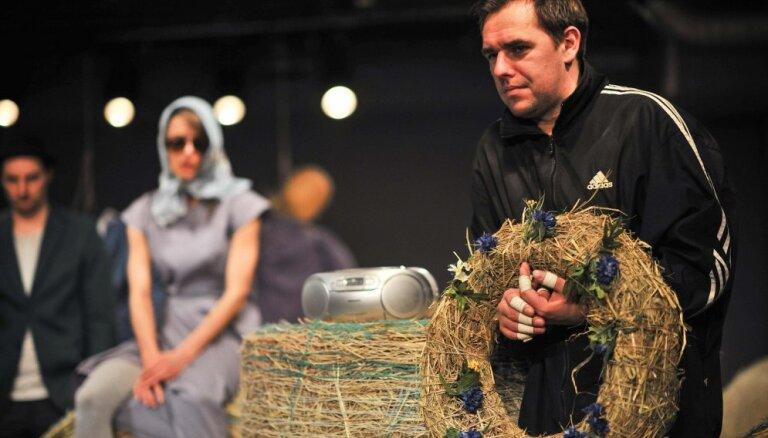 Foto: Nacionālajā teātrī pirmizrādi piedzīvos 'Lidojošais Travolta'