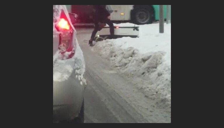Video: Iejūtīga gājēja palīdz sniegā iestigušam igauņu robotam-pastniekam