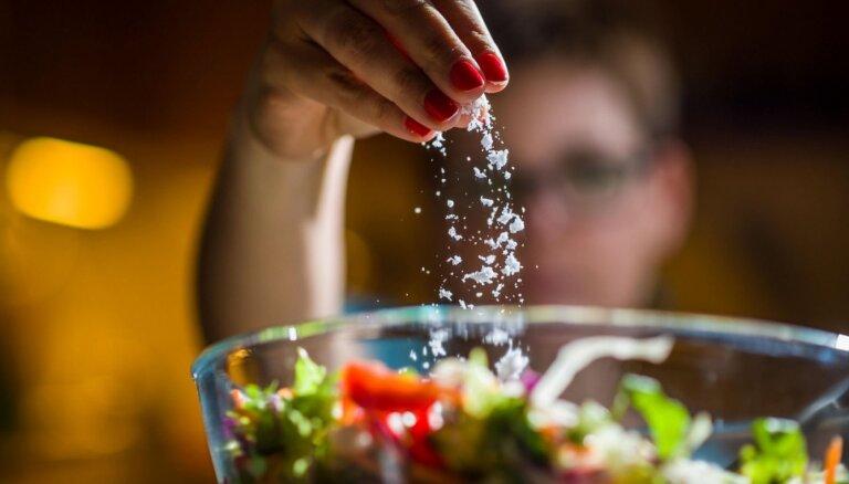 Veselībai draudoši signāli, kuri norāda uz pārmērīgu sāls lietošanu