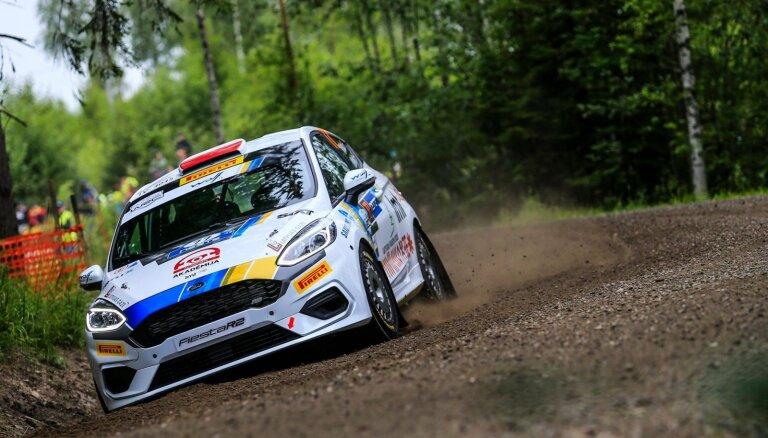 Seska ekipāža piektajā vietā junioru klasē pēc WRC Somijas rallija pirmās dienas