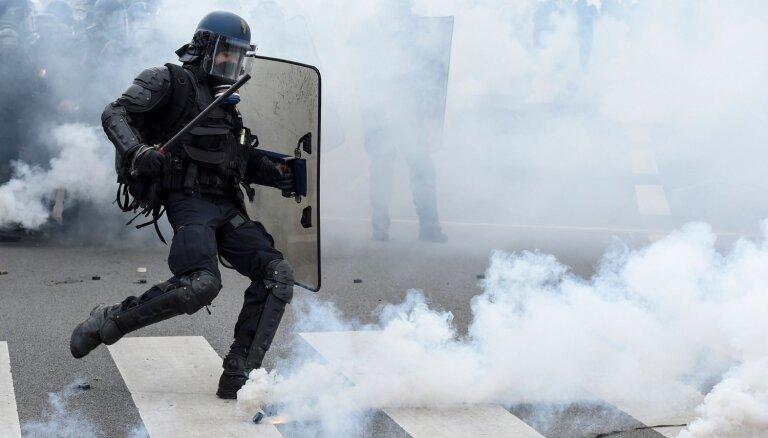 Francijā 'dzelteno vestu' protestu laikā radušies vardarbīgi incidenti