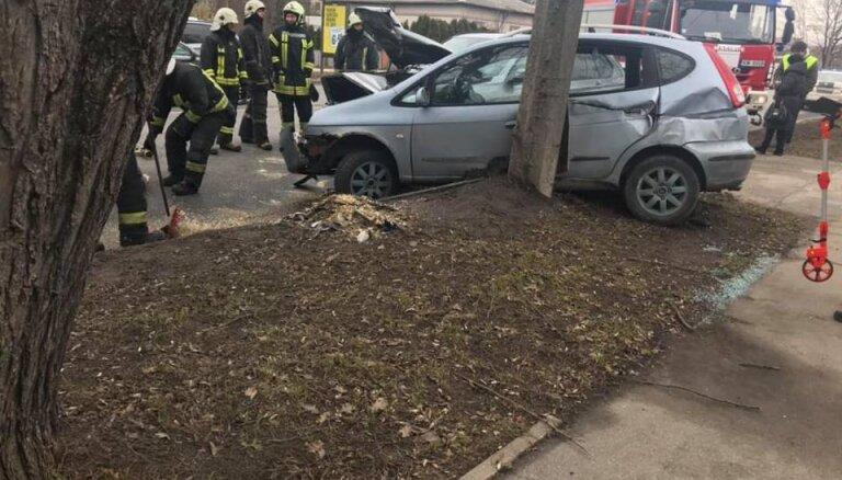 """ФОТО: На улице Деглава столкнулись три машины, одна оказалась """"вжата"""" в бетонный столб"""