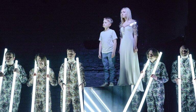 Foto: Pirmizrādi piedzīvojis koncertuzvedums 'Dzejnieks un nāra I, Dzejnieks un nāra II'