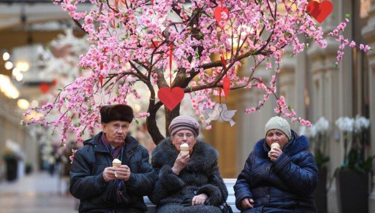 Krāšņi kadri: Pasaulē atzīmē mīlētāju svētkus