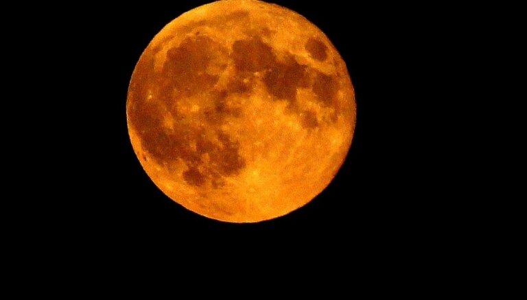Foto: 'Asins Mēness' Latvijas debesīs