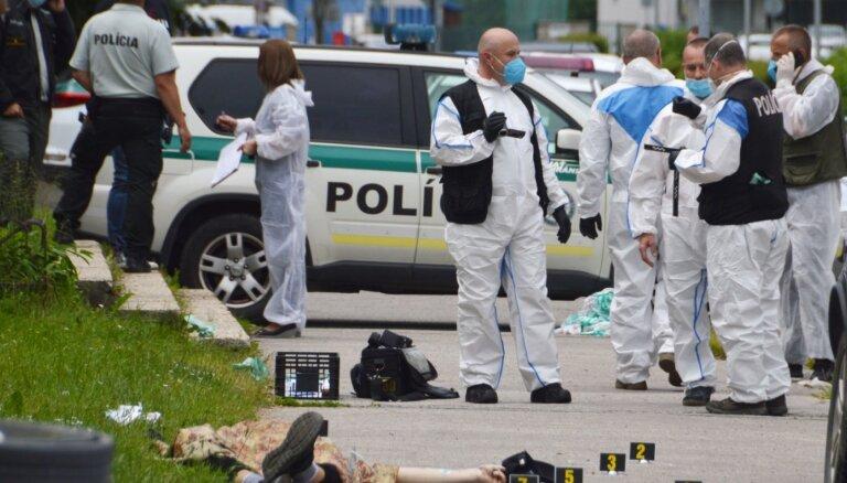 Slovākijā uzbrucējs ar nazi skolā nogalina sievieti un ievaino bērnus