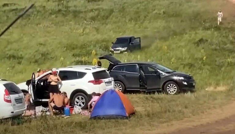 Video: Baškortostānā auto bez šofera taranē atpūtnieku teltis