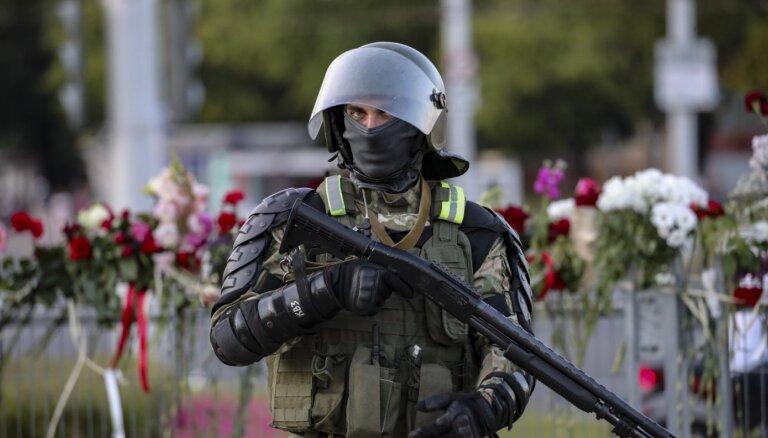 Šoks par OMON brutalitāti, iedzīvotāju solidaritāte un aptieciņas kāpņutelpās – latviete par notikumiem Minskā