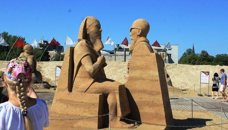 Fotoreportāža no Jelgavas: Smilšu skulptūru festivālā tapusi antīkā pasaule