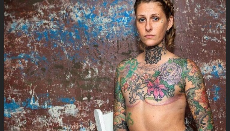 ФОТО. Тату вместо груди: американка делает бесплатные татуировки женщинам, пережившим мастэктомию