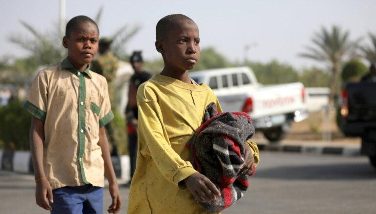 Foto: Atbrīvo desmitiem 'Boko Haram' nolaupīto nigēriešu skolaspuiku
