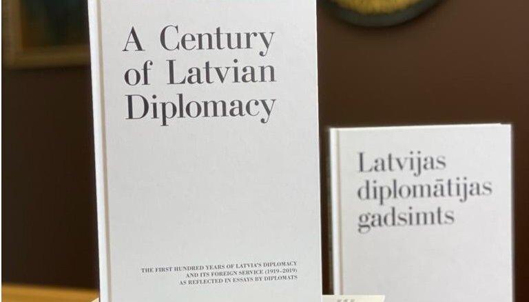 Eseju krājums 'Latvijas diplomātijas gadsimts' izdots angļu valodā
