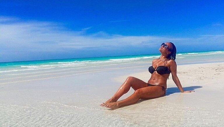 Foto: Kurusova kārdinošā bikini sauļojas Kubā