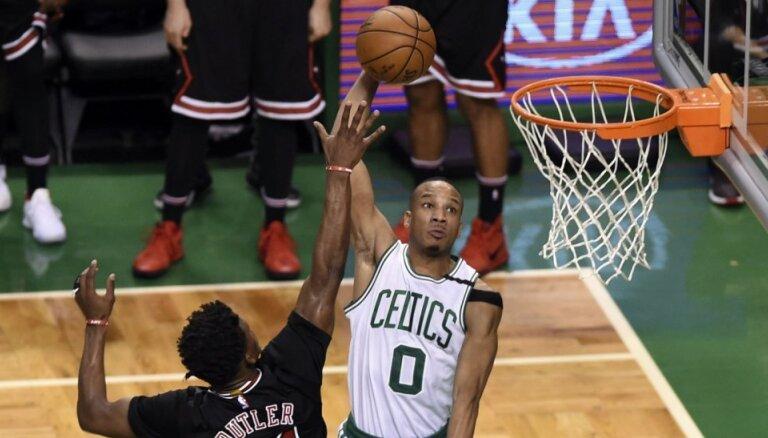 'Celtics' un 'Wizards' nonāk vienas uzvaras attālumā no NBA 'play off' otrās kārtas