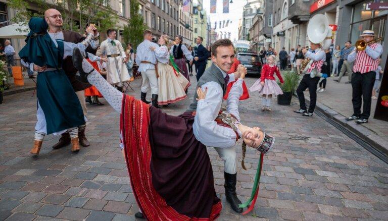 Foto: Ar distanci un piesardzību Rīgā un apkaimēs svin pilsētas svētkus