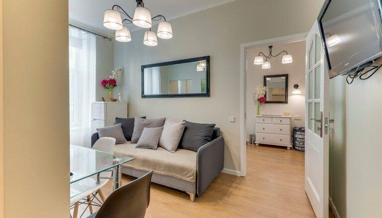 Izmantot katru centimetru telpā: gaišs un kompakts dzīvoklis klusajā centrā