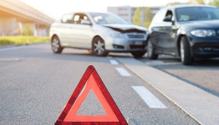 Pēc negadījuma Jelgavā slimnīcā nogādā divus pašvaldības policistus