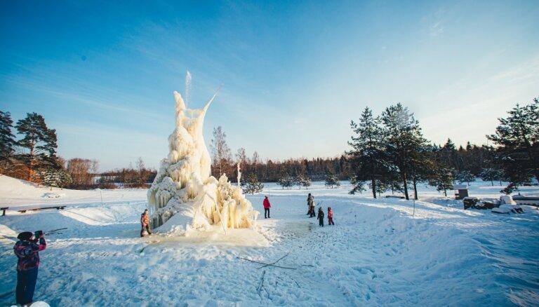 """ФОТО. Впечатляющий ледяной """"фонтан"""" в Мадонском крае"""