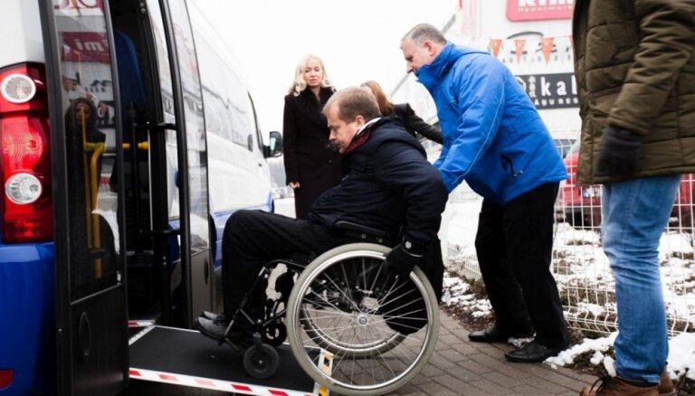Foto: Rīgā kursēs invalīdiem pielāgoti 'VW Crafter' mikroautobusi