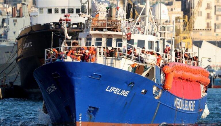 Kuģis 'Lifeline' ar 234 migrantiem pietauvojies Maltā