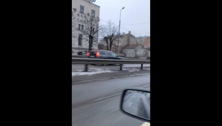Video: Auto uz Zemitāna tilta brauc pa pretējo joslu