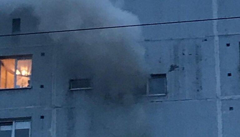 ФОТО: Из горящей многоэтажки в Иманте 10 человек вывели в кислородных масках