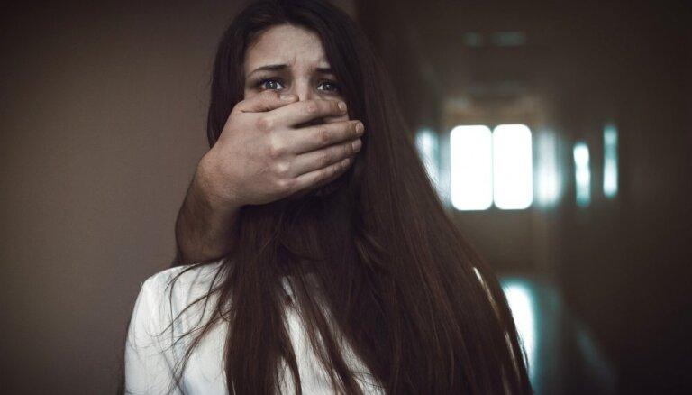 Мужчина искалечил подругу, отрезав ей ухо: судья отпустила его из-под стражи